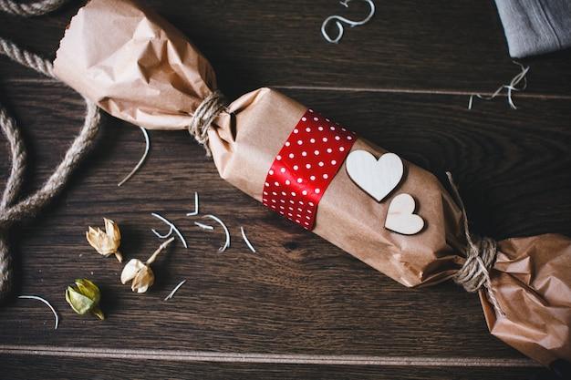 Caramel a forma di pacchetto marrone con cuori