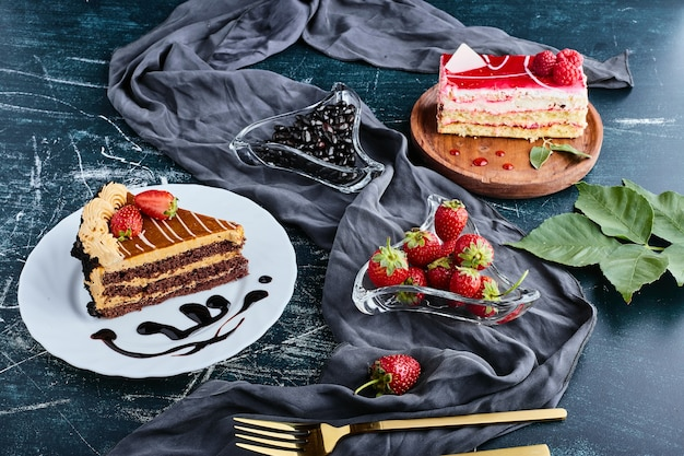 Caramel and strawberry cakes served with fruit.