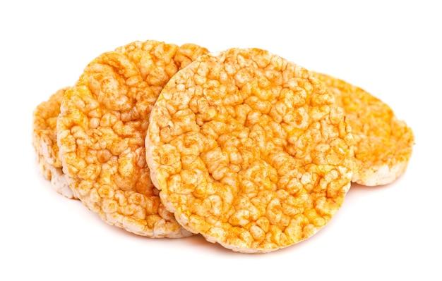 Карамелизированные хрустящие хлебцы, изолированные на белом фоне
