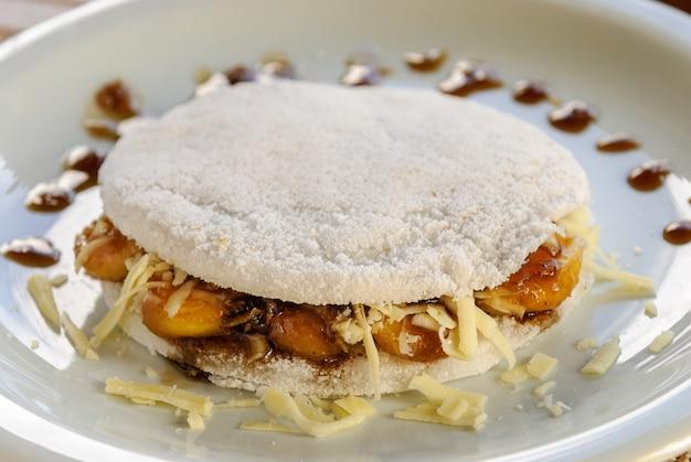 카라멜 튀긴 바나나 타피오카와 모짜렐라 치즈 브라질 북동부 음식