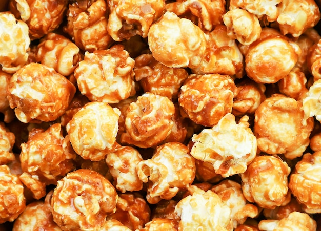 Карамелизированный попкорн крупным планом, фон попкорн. вид сверху