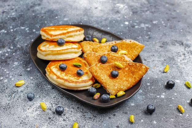 炭水化物の朝食、パンケーキ、クレープ、ウエハース。