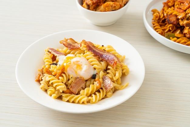 Карбонара фузилли паста острый бекон - итальянский стиль еды