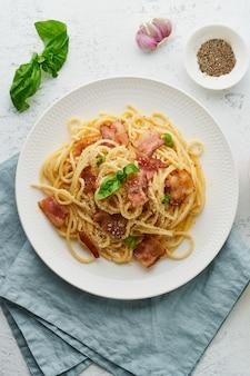 Паста карбонара. спагетти с панчеттой, яйцом, пармезаном и сливочным соусом