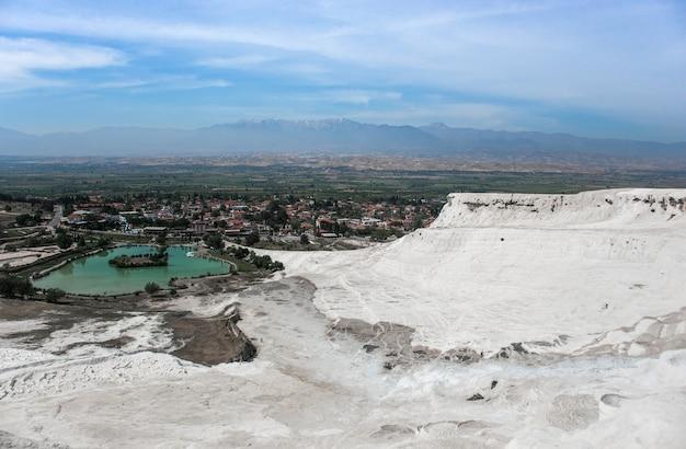 Карбонатная минеральная скала с кальцитовыми водами в иераполисе памуккале в турции. памуккале в переводе с турецкого означает хлопковый замок, это природное место в провинции денизли.