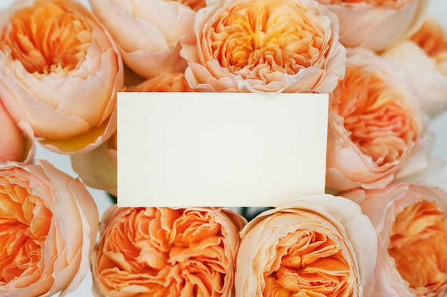 오렌지 장미 꽃다발 위에 카드