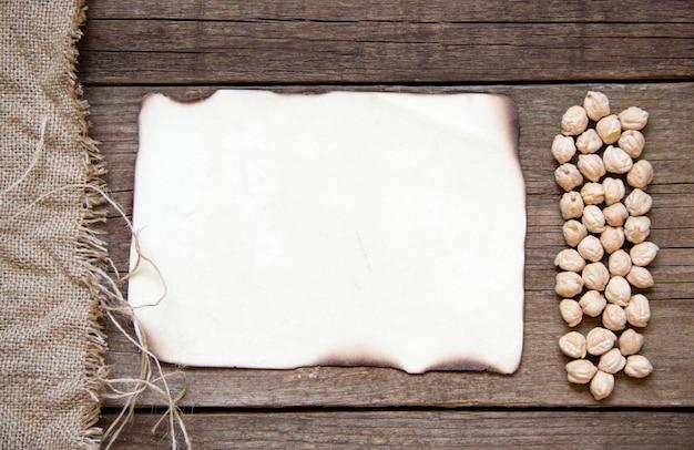 나무 배경 평면도에 카드, 병아리 콩, 삼 베