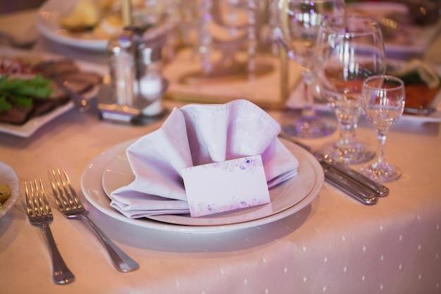 お祝いの結婚式のテーブルに名前が記載されたカード