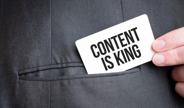 Content 카드는 사업가 한 벌의 주머니에 텍스트입니다.