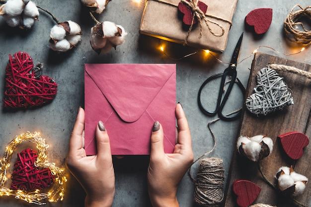 회색 표면에 목화 꽃과 선물 카드 발렌타인 데이