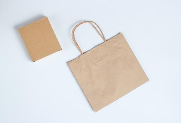 회색에 골 판지 상자와 종이 봉지. 평면도.