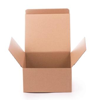 白い背景で隔離の段ボール箱。