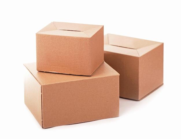 白い表面に分離された段ボール箱 Premium写真