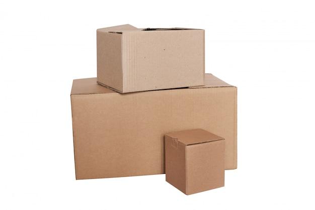 段ボール箱は、白い背景で隔離。配送や寄付のためのエコパッキング