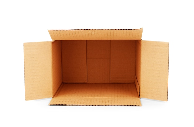 白で隔離される段ボール箱