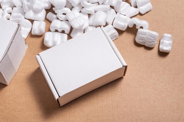 ルーズホワイトフィラー配送パッキングピーナッツの段ボール箱