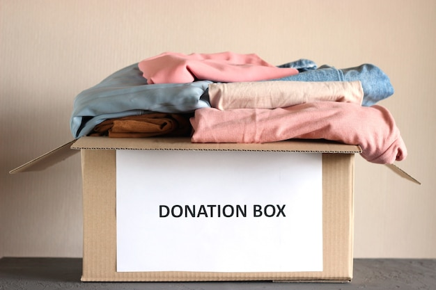 服のクローズアップと寄付の段ボール箱