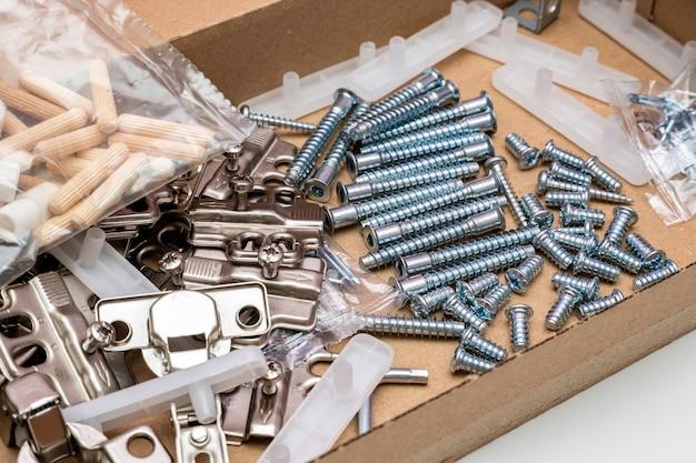 집에서 가구 조립을 위한 패킷에 부속품이 있는 판지 상자