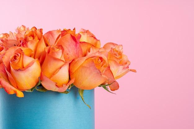 ピンクの背景にバラで段ボール箱