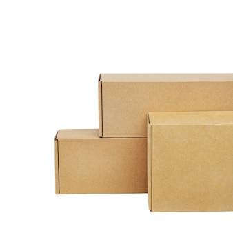 白い背景の上の商品の段ボール箱。