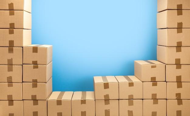 Картонные коробки рамка для доставки или перемещения стек коробок и синий фон копирование пространства