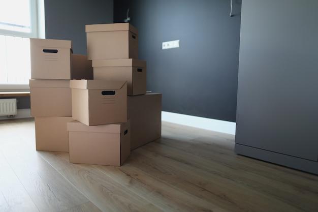 Картонные коробки в пустой комнате услуги транспортно-логистической компании