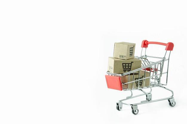 白地に赤いショッピングカートの段ボール箱。
