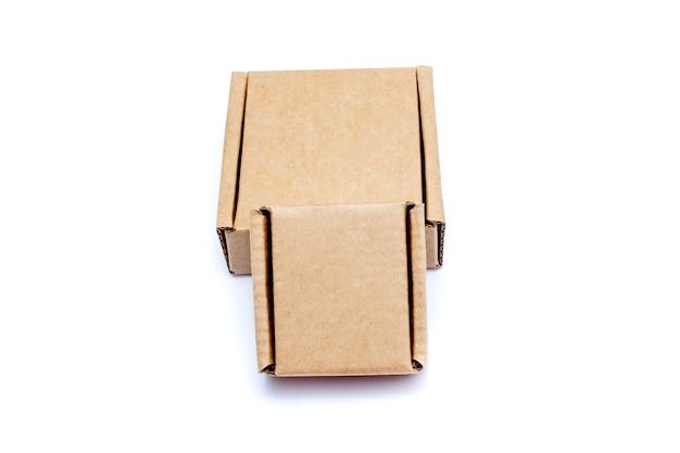 白い背景に分離されたさまざまなサイズの段ボール箱。