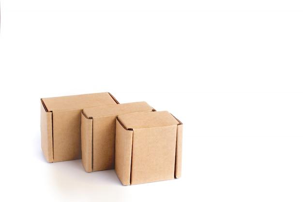 分離されたさまざまなサイズの段ボール箱