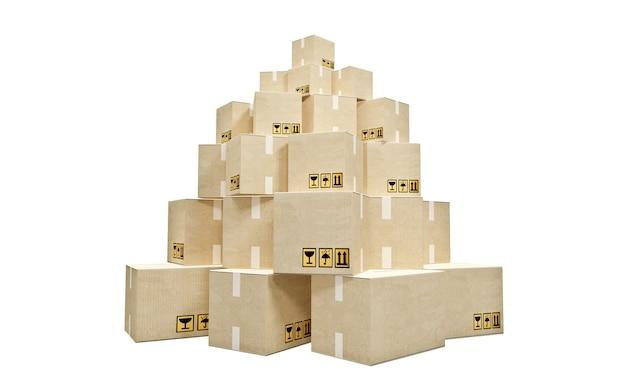 Картонные коробки сложены в пирамиду на белом фоне
