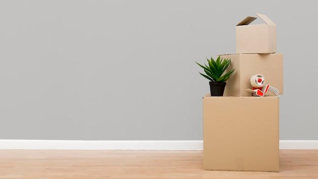 Картонные коробки с копией пространства