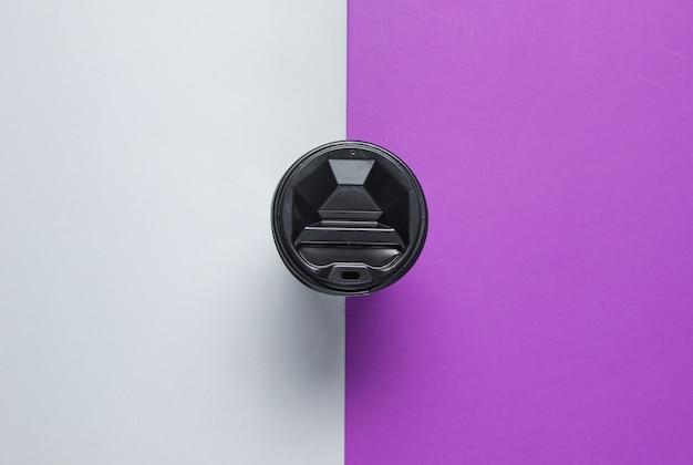 灰色がかった紫のテーブルのふたが付いているボール紙のコーヒーコンテナー。上面図