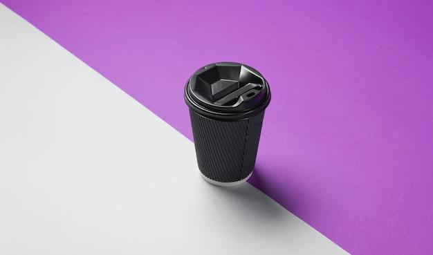 灰色がかった紫のテーブルのふた付き段ボールコーヒーコンテナー