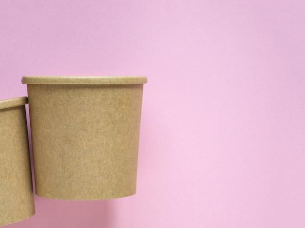 분홍색 배경에 골 판지 컵