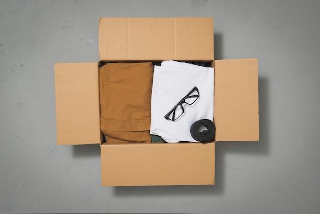 회색 옷 골 판지 기부금 상자