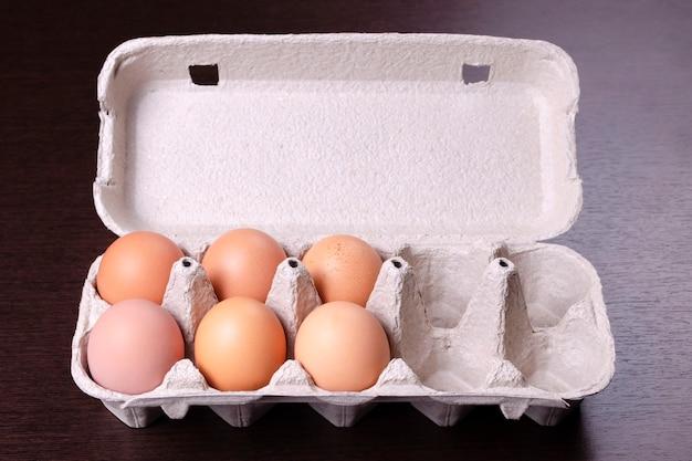 6つの赤い卵と4つの空のセルを備えた段ボールの卵ラック