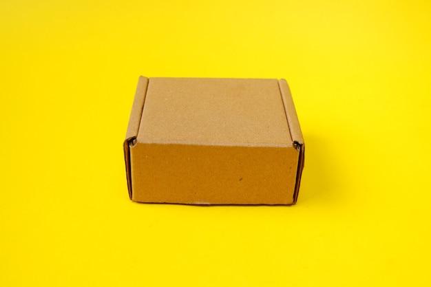 노란색 배경에 고립 된 골 판지