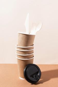 Coltello e forchetta di cartone in bicchieri di carta