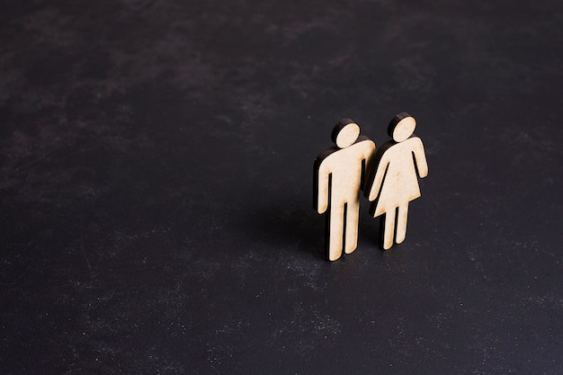 Картон мужчина и женщина концепция равенства высокий взгляд