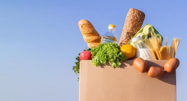 유기농 식료품이 담긴 골판지 모형 상자 음식 배달 또는 기부