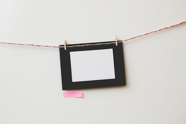 Картонная фоторамка и записки на белом фоне