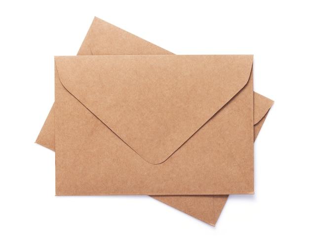 흰색 배경에 고립 된 골 판지 우편 봉투