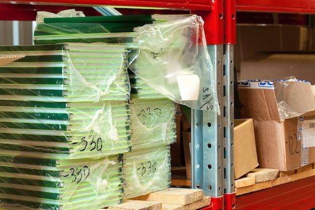 倉庫の棚に段ボールシートパック