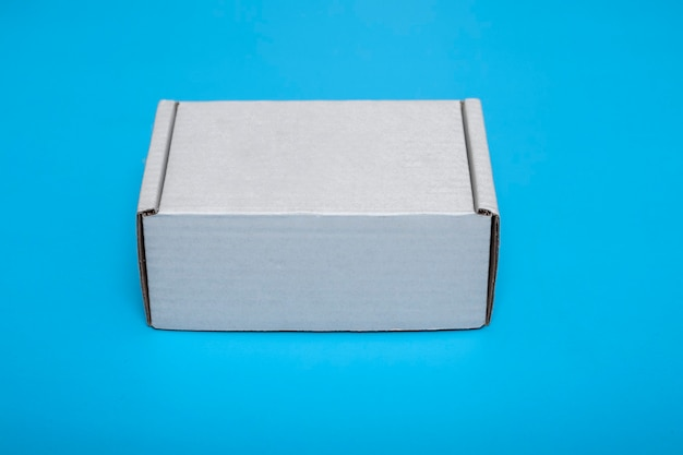 青い背景で隔離の段ボールの白いボックス。 layout.mock-up