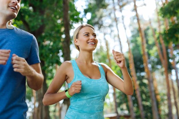심장 활동. 야외에서 달리는 동안 기분이 좋은 행복한 긍정적 인 사람들