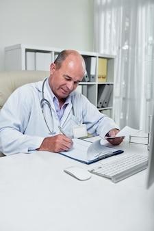 Кардиолог проверяет кардиограмму