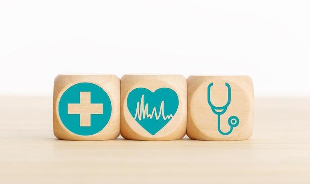 循環器のコンセプトです。テーブルの上の医療アイコンと木製のブロック。コピースペース