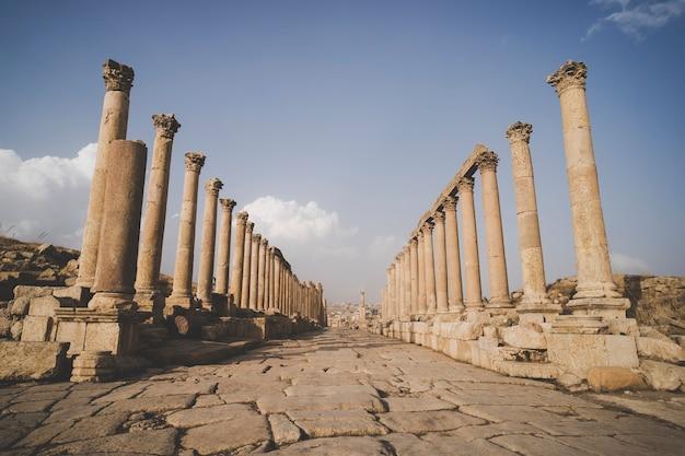 고대 제라쉬(jerash)를 통과하는 주요 거리인 카르도 막시무스(cardo maximus) - 요르단에서 가장 크고 가장 흥미로운 로마 도시의 폐허.