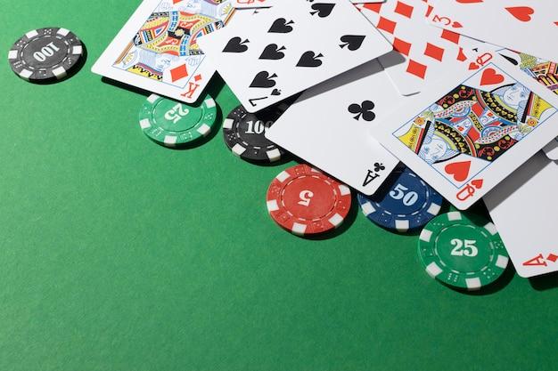 緑の背景にカードとカジノトークン