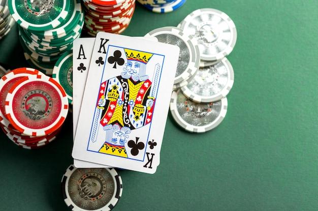 Карты и фишки для покера на зеленом столе